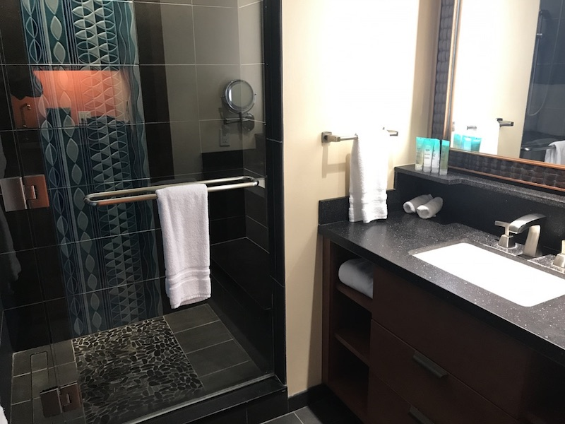 Main bathroom with vanity, tub/shower and commode