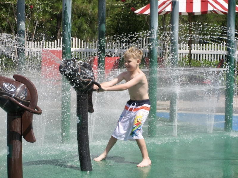 Grandstand pool splash pad